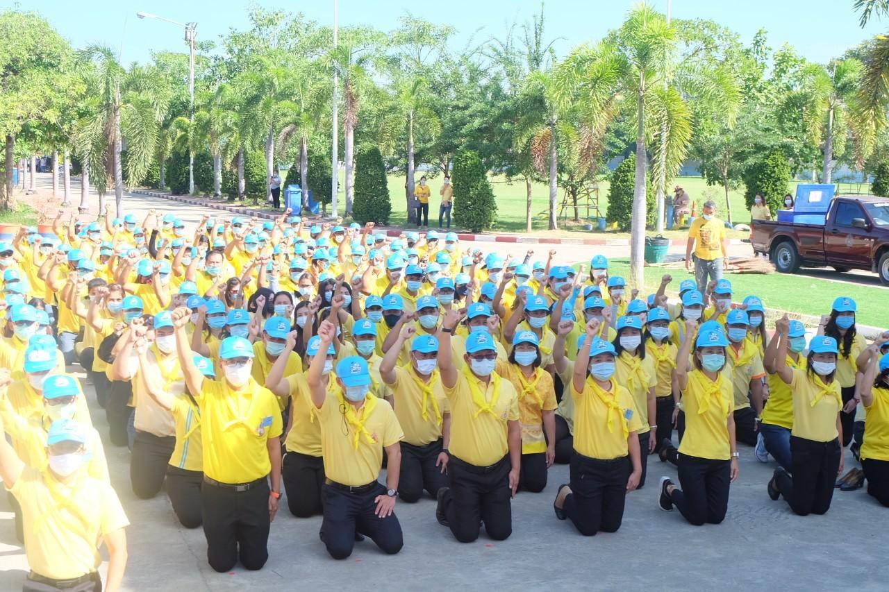 นางจารุณี เขมะรังษี แรงงานจังหวัดสุพรรณบุรี ร่วมกิจกรรมอาสาพัฒนาเนื่องในโอกาสวันคล้ายวันสำคัญของชาติไทย วันพระบาทสมเด็จพระมงกุฎเกล้าเจ้าอยู่หัว